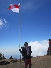 76 bendera merah putih di puncak