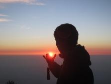 9. memegang matahari
